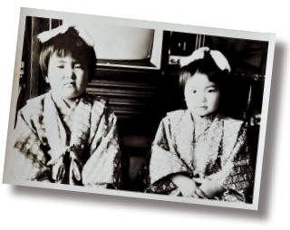 ひな祭りでの記念写真。右側に座っているのが、ケイ子さんの娘で亜衣さんの母親の久美子さん
