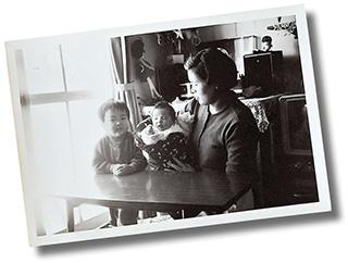 自宅で娘の久美子さんをあやすケイ子さん(昭和43年頃)