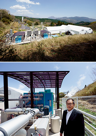 上/「OTE大分温泉熱バイナリーサイクル発電所」の全貌。左が発電所、右の白い建物が、発電に使った熱水を再利用し、キクラゲを栽培しているハウス 下/熱水による蒸気が上がる地熱発電所で