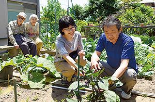 自宅の庭で夫、義父、義母と