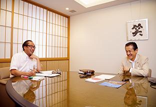 にこやかにインタビューに答える鈴木さん。左は、聞き手の菅原裕一さん