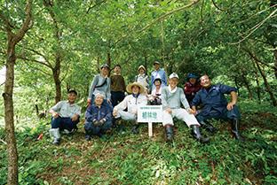 作業を終え、爽やかな笑顔を浮かべる参加者。育林作業は、10年間欠かさずに行われている