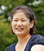 髙橋美月(たかはしみづき) 愛媛県出身、群馬県在住。平成24年5月5日に26歳で入籍。夫と4歳の娘の3人家族。娘も生長の家が大好きで、行事に連れて行くと皆から愛され、ありがたく感じている。平成29年から群馬教区青年会委員長。光明実践委員。