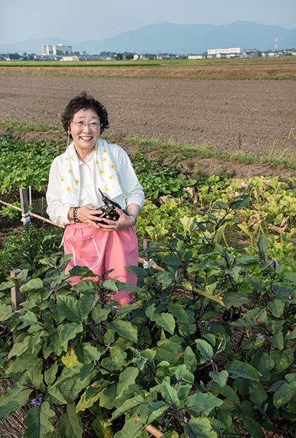 小梶富子(こかじ・とみこ)さん 69歳・滋賀県東近江市 借りている実家の畑で。この日はナスを収穫した 取材/南野ゆうり 撮影/野澤 廣
