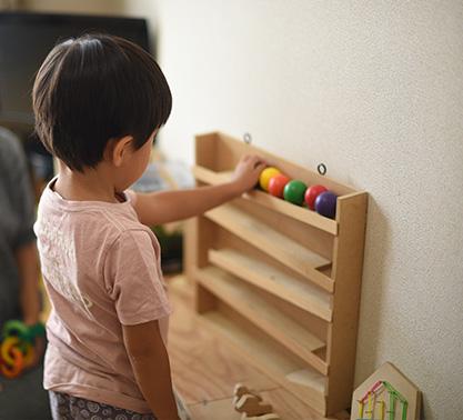 ボールを転がして遊ぶ、手作りの木製の玩具