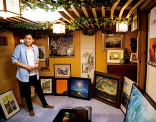 工藤さんの作品に溢れた自宅の土蔵ギャラリー。「作ってくれた父に感謝です」