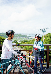 木々の中を抜け、町と海が一望できる、お気に入りのサイクリングコースで