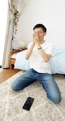 神想観を実修する谷合さん。「朝は起きて、パジャマのまま行っています。神想観 は日々の暮らしの中心になっていて、続けることが大切だと考えています」