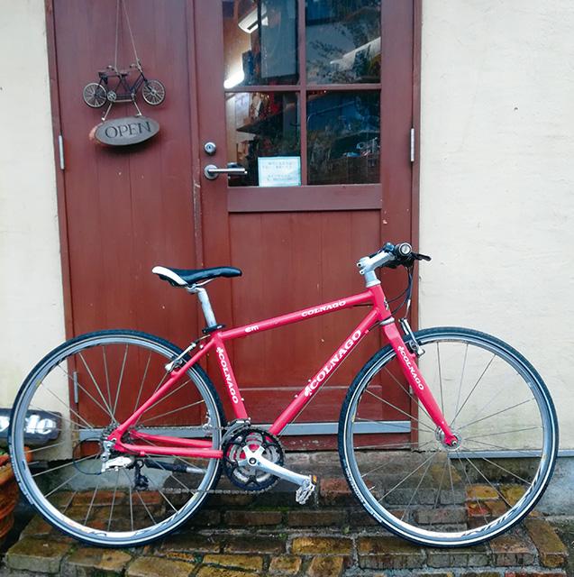 愛用のクロスバイクに乗り、立ち寄った街角のカフェ(写真は筆者提供)