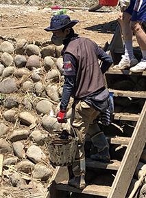 岐阜県関市で、土砂を運び出す内田さん