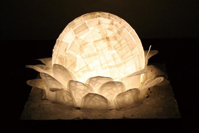 「美濃和紙あかりアート展」に出品した『生命の誕生』。和紙だ けを貼り合わせて作られている(写真提供=加藤大和さん)