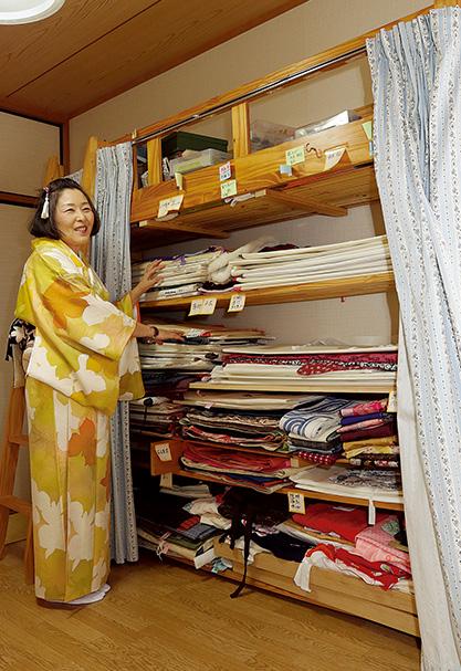 廣島洋子(ひろしま・ようこ)さん (58歳)福岡県 日曜大工も器用にこなす廣島さん。娘が使っていた学習机と一体型のベッドを、着物の収納棚に作り替えた 取材/水上有二(本誌) 撮影/近藤陽介