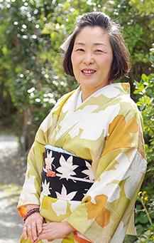 自分で仕立て直した着物を着る廣島さん。「古い着物をよみがえらせた時は、いつも感動します」