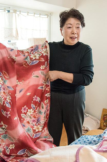 伊東さん 81歳・岩手県 妹からもらった端切れに、毛布を張り合わせて作ったひざかけを手に 取材/南野ゆうり 撮影/野澤 廣