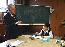 福岡県教化部で開催された勉強会に参加する橋本さん。左は大塚和富・福岡教区教化部長