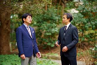 """東京・港区赤坂にある「生長の家赤坂""""いのちの樹林""""」で。右は、聞き手の田中明憲さん"""