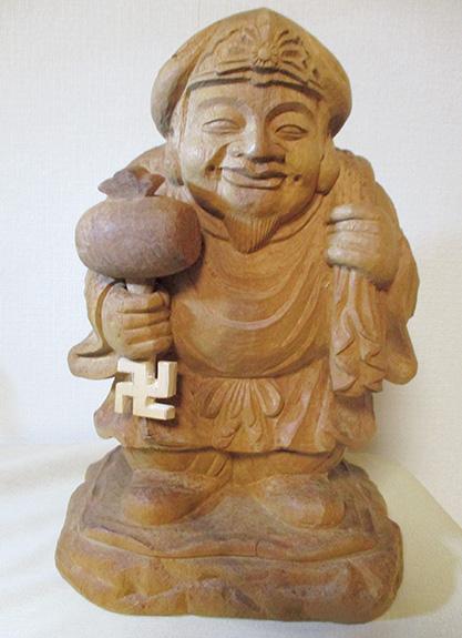 昭和62年、一尺(像高40センチ)の楠木で制作した宝生大黒天 (筆者提供)