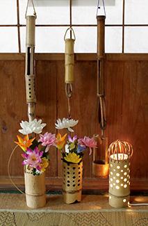 亀井さんが廃材を利用して作った花器や灯篭などの竹細工