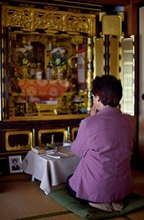 仏壇の前で手を合わせ、先祖に感謝の思いを捧げる。毎日欠かさない大切なひと時だ