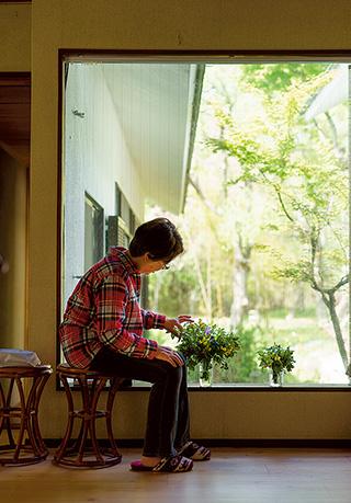 庭で摘んだ草花を生けて玄関に飾る。「すべてのいのちを愛するような生活をしていきたいと、いつも思っています」