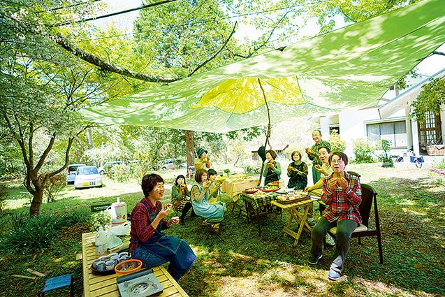 自宅の庭で生長の家の友人たちと食卓を囲む