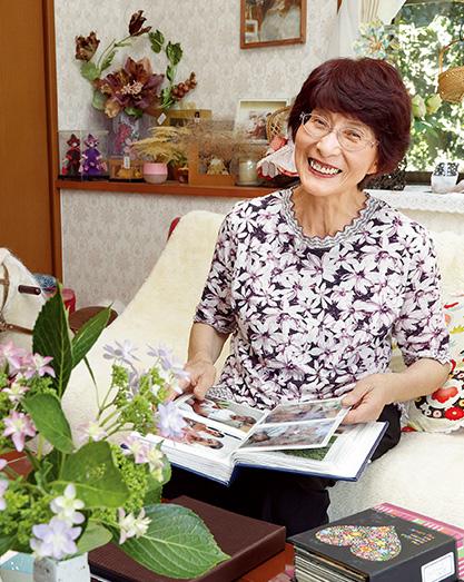 黒水幸子(くろみず・さちこ)さん (72歳) 宮崎県高鍋町 フィンランド在住の三女から送られてきたアルバムを手に。「遠く離れていてもいつも私のことを気づかってくれるのが嬉しいです」 取材/水上有二(本誌) 撮影/近藤陽介