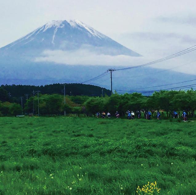 チームでサイクリング中、朝霧高原から見た富士山(写真は筆者提供)