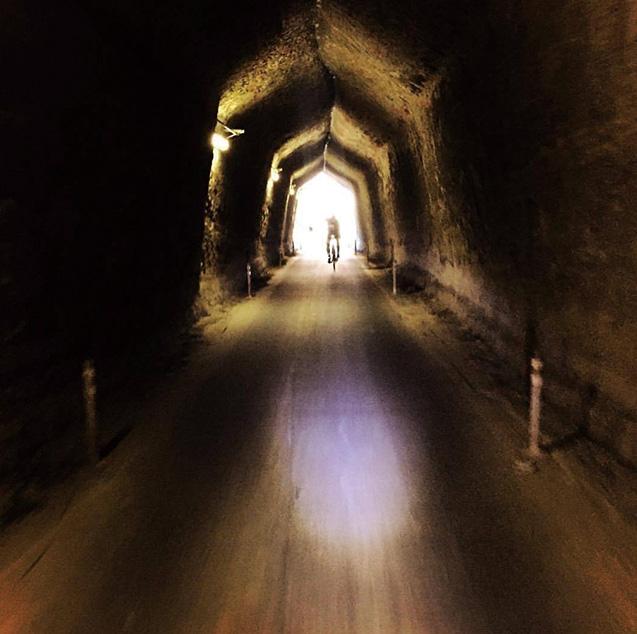 日本古来の観音堀りのトンネルを、自転車で爽快に走り抜ける(筆者提供)