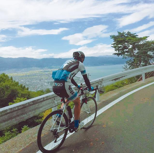 霧ヶ峰への登坂途中、諏訪湖を眺めながら走る