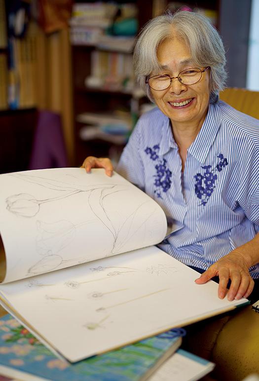 海野妙子(うんの・たえこ)さん│70歳│静岡県富士宮市 「集中して描いている時は、何の雑念もなく、澄んだ心になれるんです」と、笑顔で語る海野さん 取材/久門遥香(本誌) 写真/堀隆弘