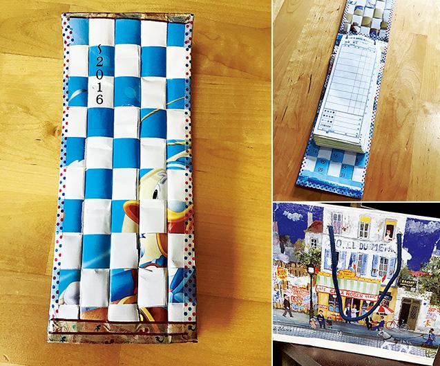 カレンダーを編み込んで作るリングファイル ① カレンダーを1cm幅に折って、縦に編む部分と横に編む部分を作る。縦は強度を付けるため、中に厚紙を入れる。(写真の伝票用のリングファイルは、縦はカレンダーの裏面の白にして、横はカレンダーの絵柄を生かしている) ② ①の縦と横を編み込み、縁を切りそろえて、マスキングテープを貼る ③ 適当なサイズのカードリングを2つ取り付けて完成 右下の写真は、カレンダーを再利用して作った紙袋