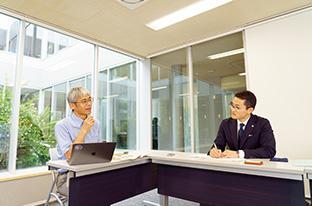 インタビューに答える大島さん。右は、聞き手の矢野裕大さん