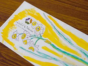 宿泊したホテルの封筒を使って描いたスイセン