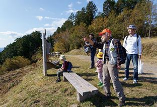 NPO法人「森林インストラクター しずおか」│静岡市 山頂でひと息つき、青野ダイチさんの説明を聞きながら景色を眺める