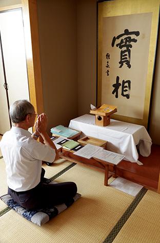 佐賀県教化部の「祈りの間」で神想観を実修する