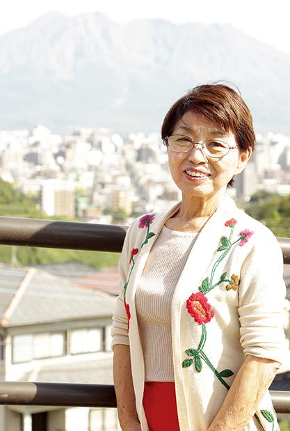 川原りつ子さん (70歳) 鹿児島市 桜島を背に。「一家で何度も転居したのが今では懐かしい思い出です」 取材/水上有二(本誌) 撮影/近藤陽介