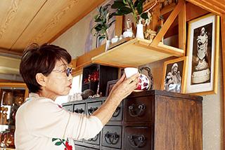 慈母観世音菩薩像の写真にお茶を供える。「娘を授かった時の感謝の思いをいつまでも大切にしたい」と川原さんは語る