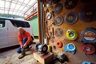 車庫の隣にある小屋には、森林整備に使う用具がきれいに保管されている