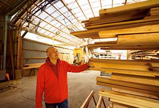 製材され、積み重ねられた吉野杉の材木。どれにも、美しい木目があるのが分かる