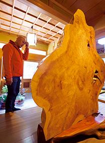 福岡さん宅の玄関に飾られた、吉野杉の一枚板のついたて。100年という長い歳月を経て育ったものという