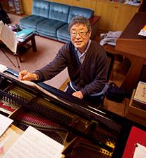 グランドピアノを前に、「この部屋で楽器を演奏したり、作曲したりすると一番寛ぎます」と語る