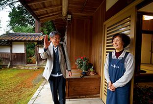 妻の京子さんに見送られて外出する。自宅は築400年という由緒ある屋敷だ