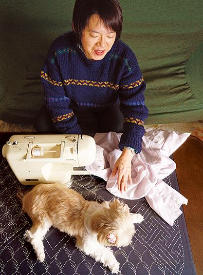 大橋美樹子さん(60歳)東京都町田市 愛犬の、ののちゃんが気持ちよさそうに、ミシンの音に耳を傾ける 取材/原口真吾(本誌) 撮影/堀 隆弘
