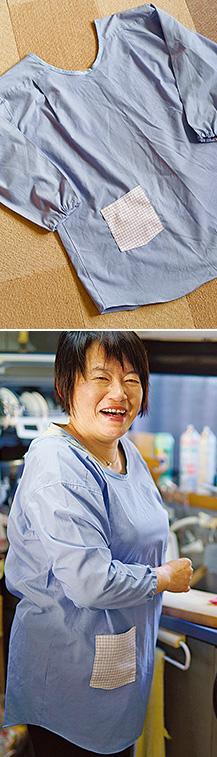 夫のワイシャツをリメイクしたかっぽう着を身につけて、台所に立つ大橋さん。「皆さんから褒めてもらい、嬉しいです」
