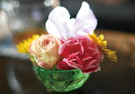 売れ残った花などを小鉢に入れて飾っている