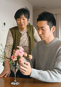 生け花の先生でもある母親の和美さんと