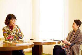 2時間にわたったインタビューに答える本道さん。右は、聞き手の源明子さん