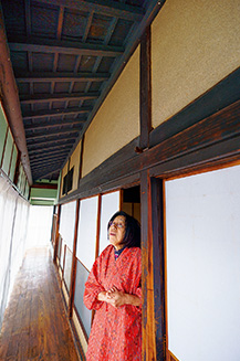 6畳、4畳、8畳と部屋が続く母屋の縁側で。昔はこの家で冠婚葬祭も行われた