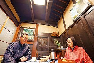 イスとテーブルを置いた土間は、家族や地元の人との語らいの場