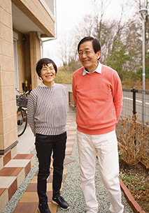 妻の久美子さんと自宅横で。「今の幸せがあるのは、妻のおかげです」